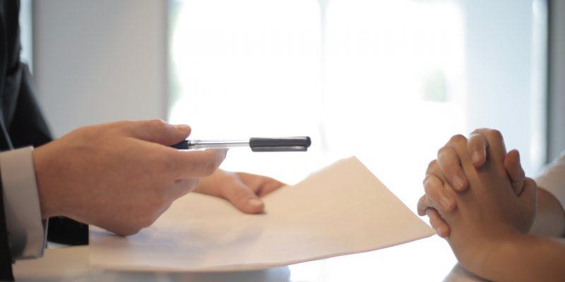Wit papier ondertekenen